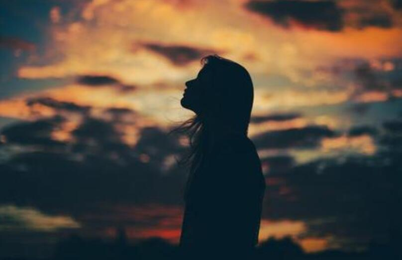心痛却假装坚强的句子 令人心痛到心碎的语录