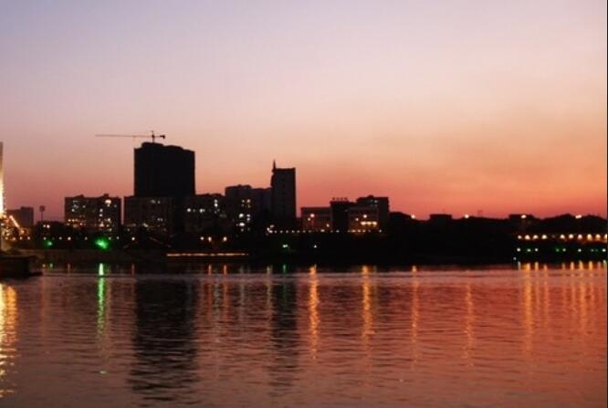 夜晚河边散步夜景诗句