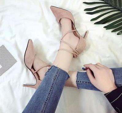 精致的女人看鞋下句