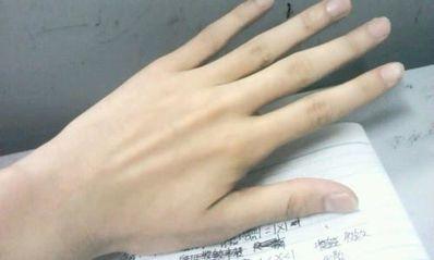 描写男生手细长白皙的语句