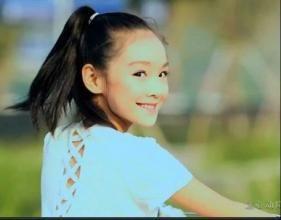 形容女孩回头一笑的美句 形容女子回眸一笑的词语