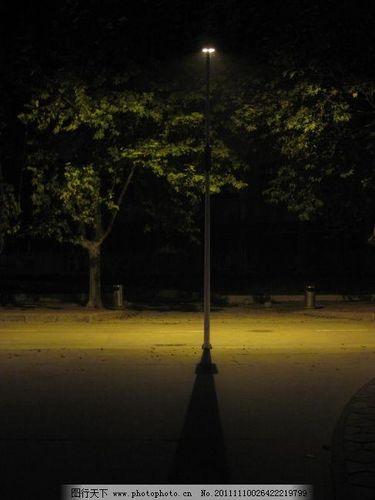 走在夜晚路灯下的句子