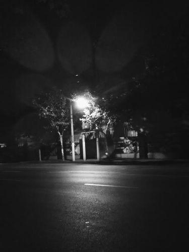 夜里一个人在街上句子 有没有晚上一个人走在大街上的伤感语录。
