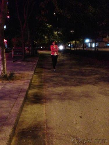 夜晚一个人走在街头的句子 半夜在街上一个人走伤心句子