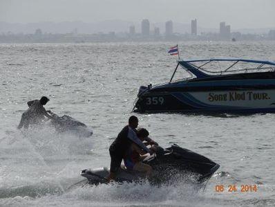 在海中骑摩托艇的句子